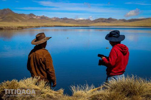 Regisseur Heeder Soto mit Kamera bei den Dreharbeiten am Titicaca-See