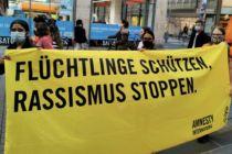 """Banner mit der Aufschrift """"Flüchtlinge schützen, Rassismus stoppen"""""""