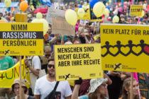 Plakate gegen Rassismus bei einer Demonstration
